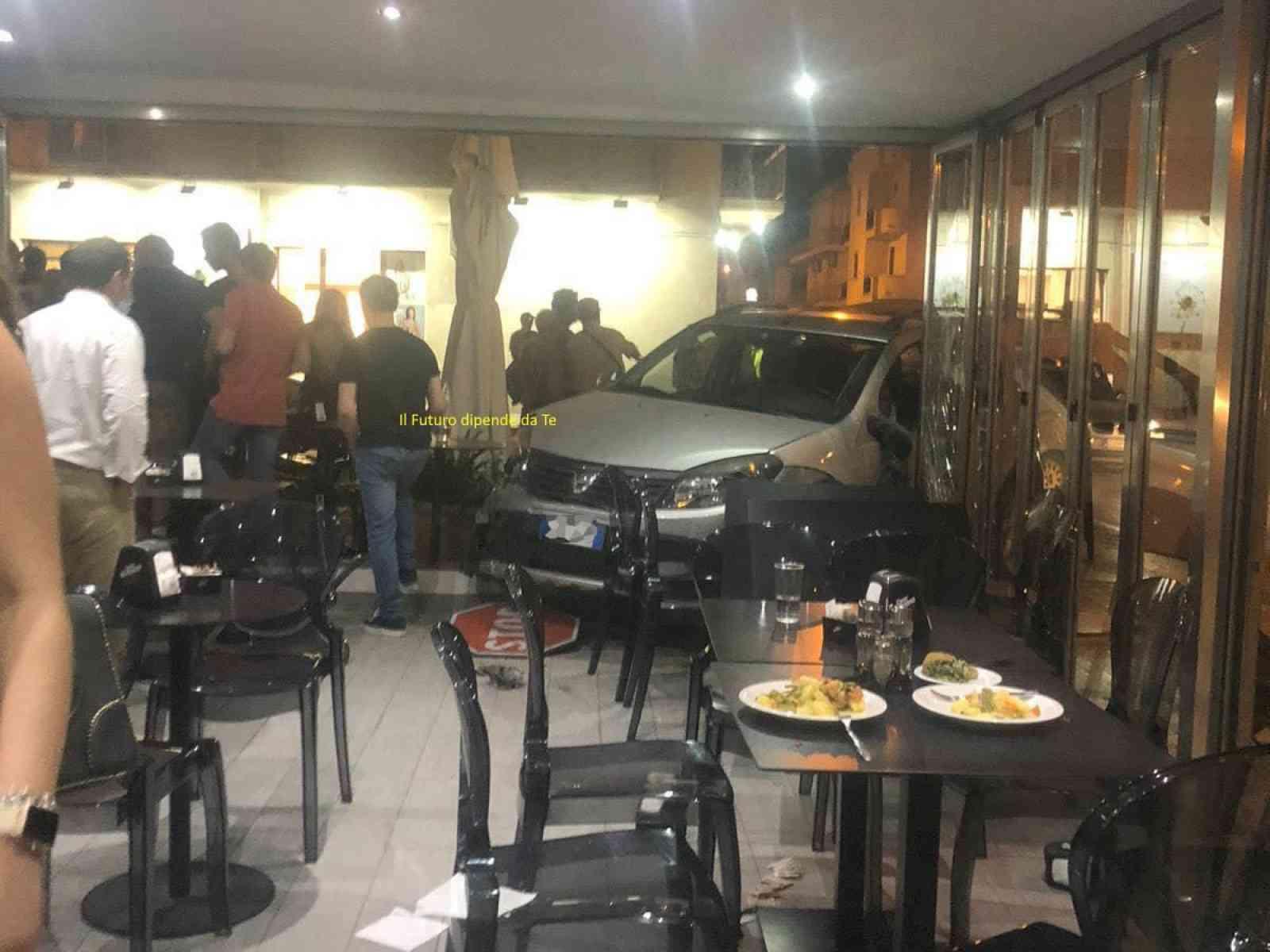 Immagine articolo: Menfi, auto fuori controllo finisce la sua corsa dentro un bar