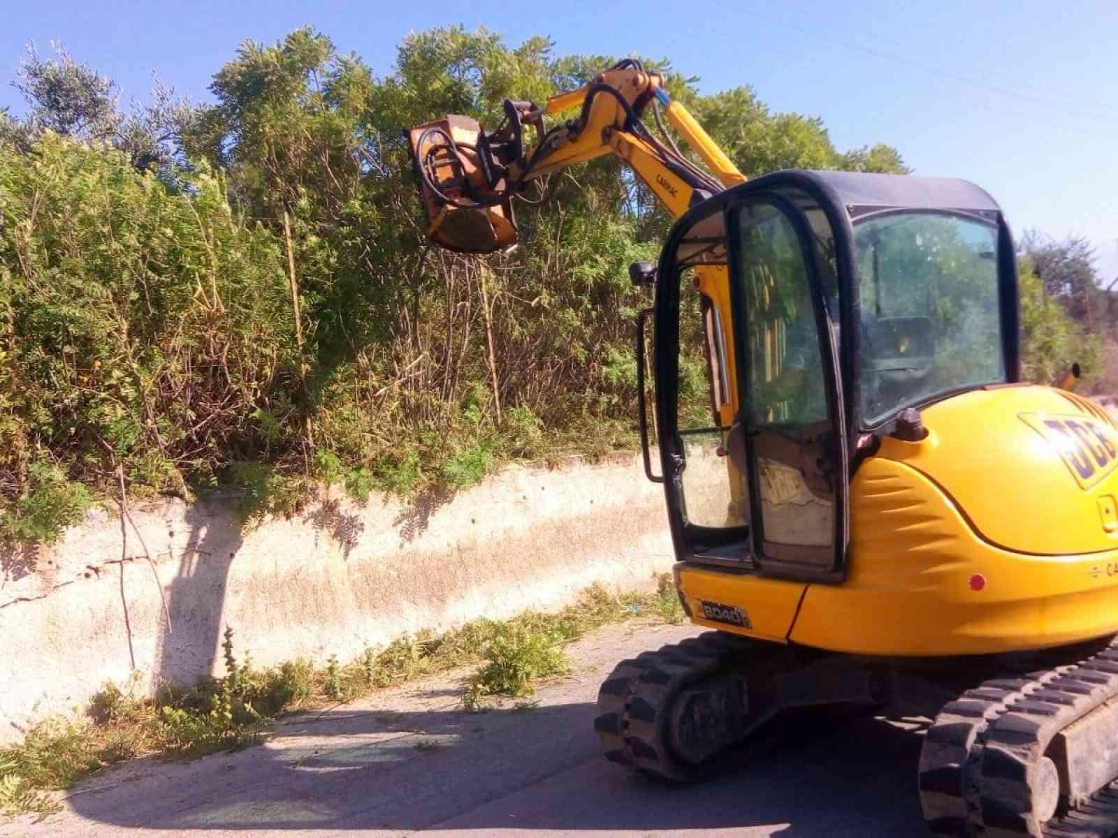 Immagine articolo: S.Marghertita, iniziati i lavori di pulizia dei cigli stradali con l'ausilio di un braccio decesplugliatore