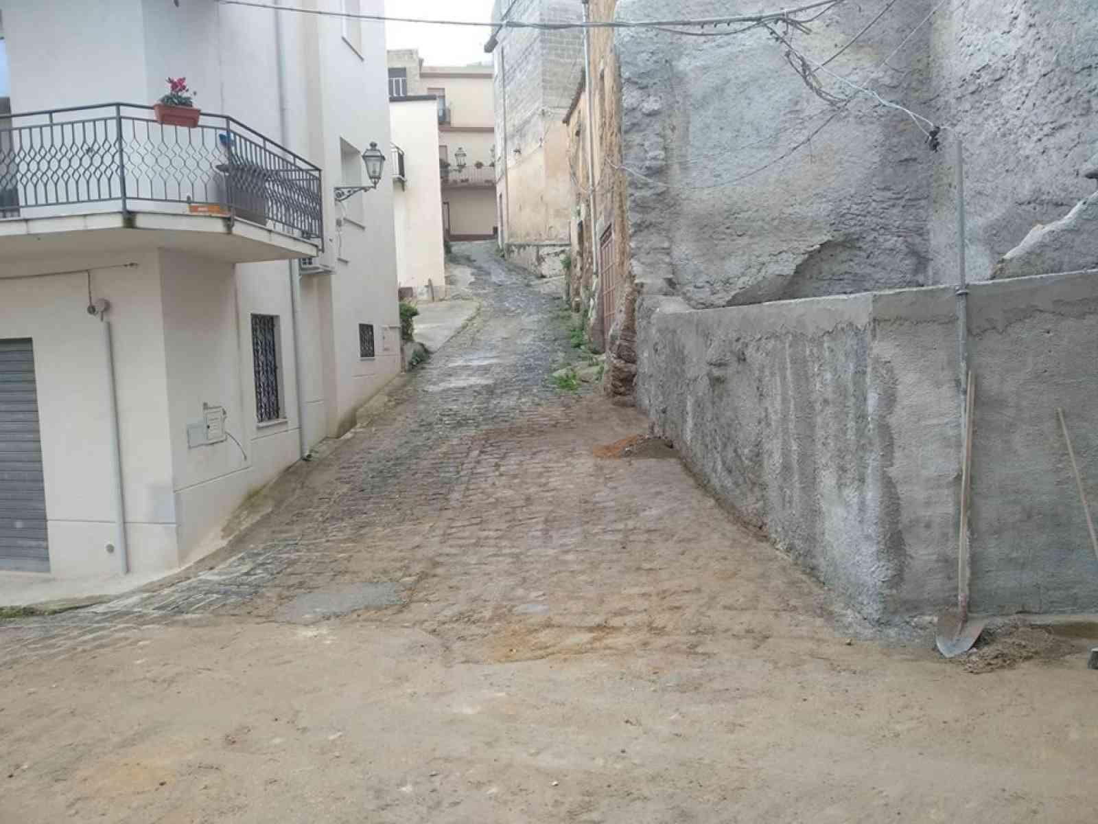 Immagine articolo: Sambuca di Sicilia, torna transitabile la via Conceria.Eliminato l'edificio pericolante