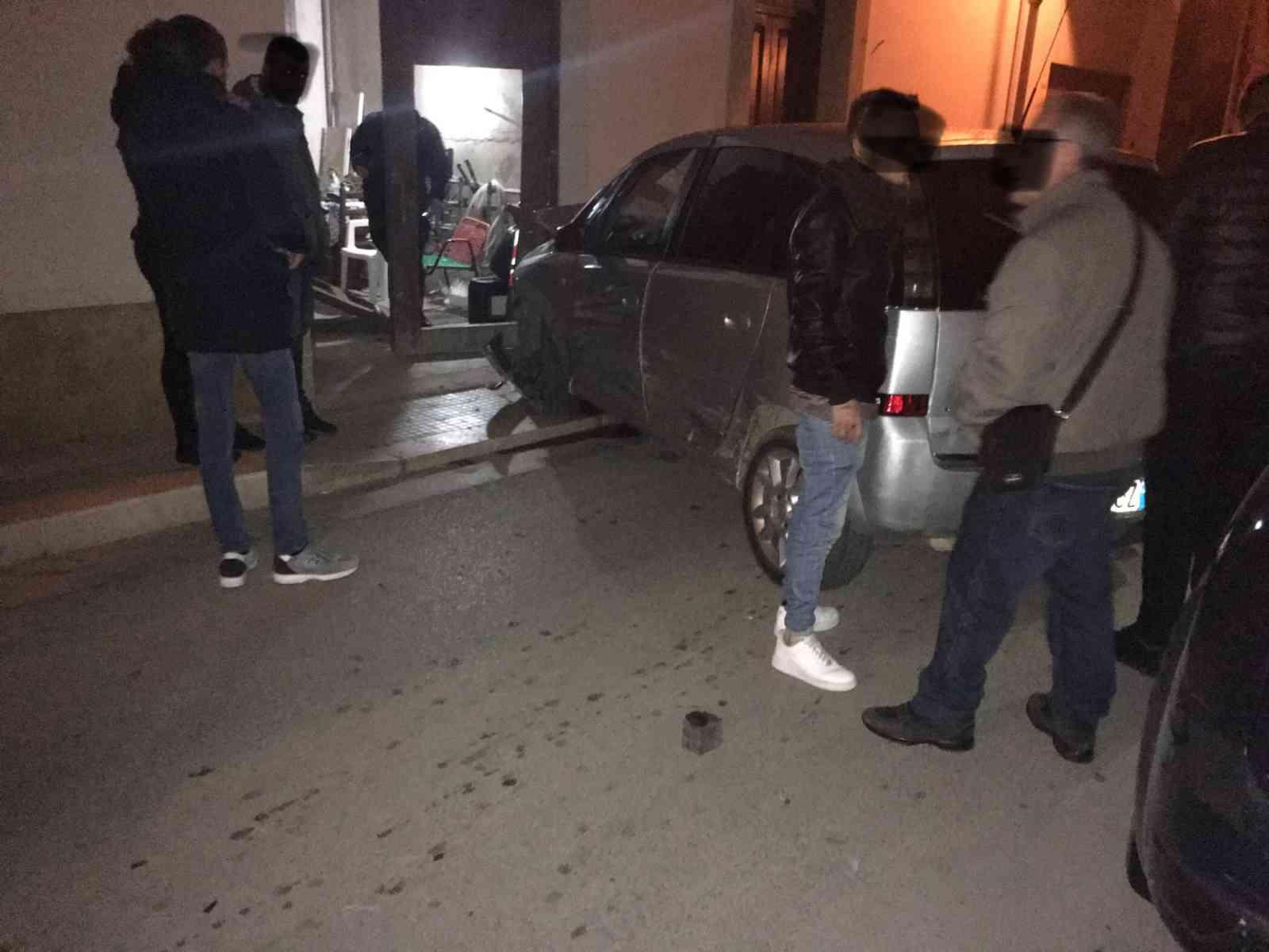 Immagine articolo: (FOTO) Menfi, grave scontro ad un incrocio tra due auto. Distrutto il portone di una casa