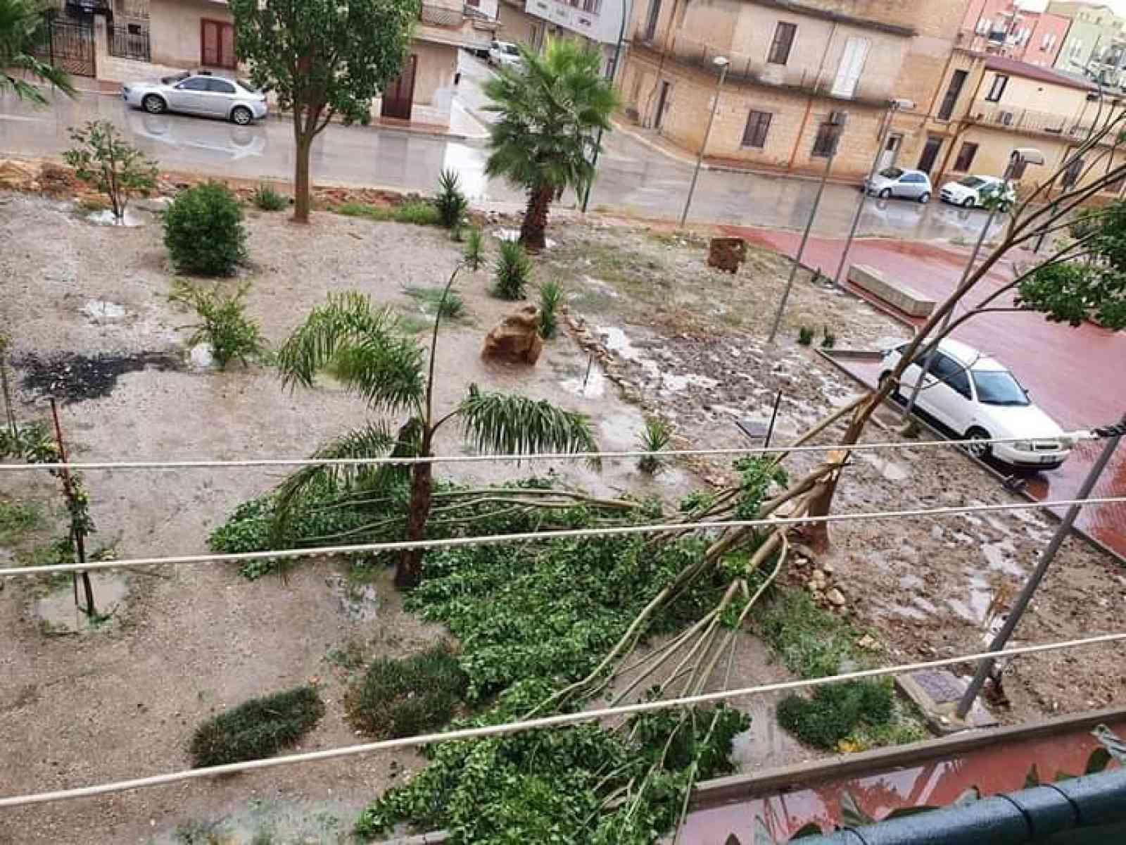 Immagine articolo: Tromba d'aria a Menfi. Danni causati dalla forza del vento in Corso dei Mille