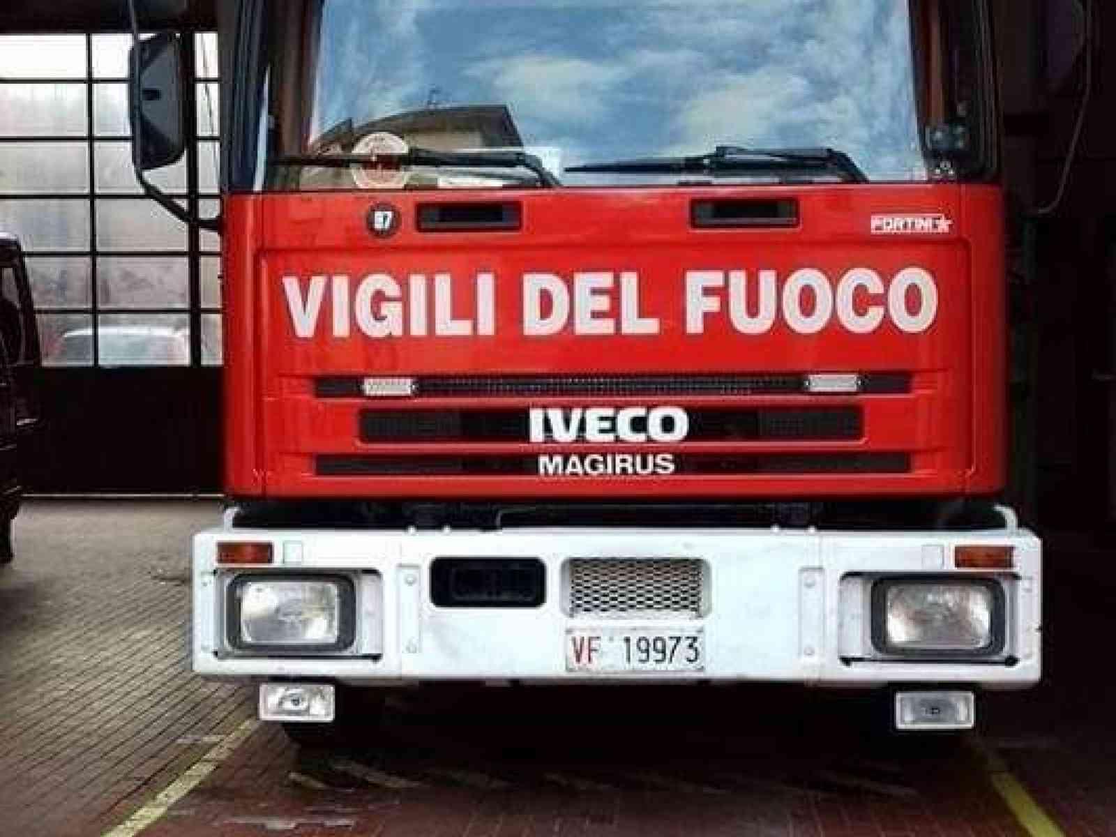 Immagine articolo: Menfi. Al fuoco un macchinario di un'autofficina. Un operaio ustionato. Sul posto i vigili del fuoco