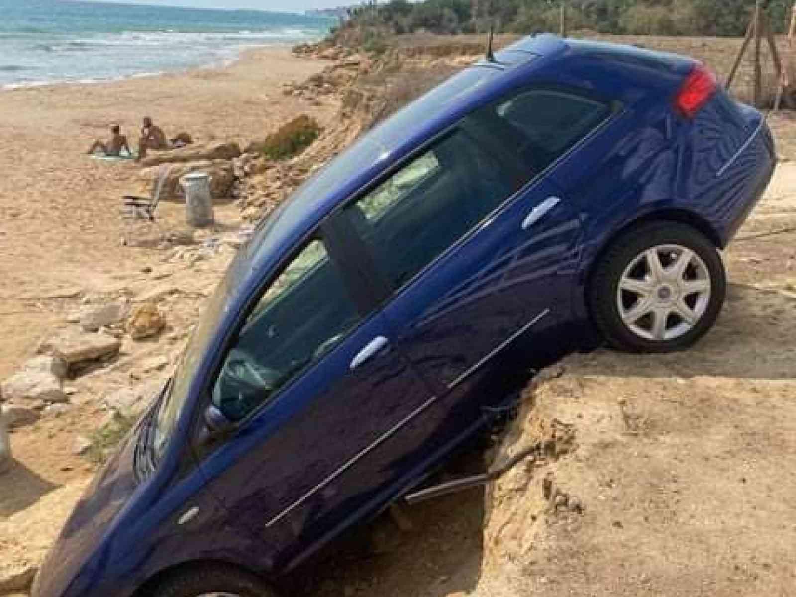 Immagine articolo: Parcheggia l'auto, la ritrova sul burrone a pochi passi dal mare blu di Menfi