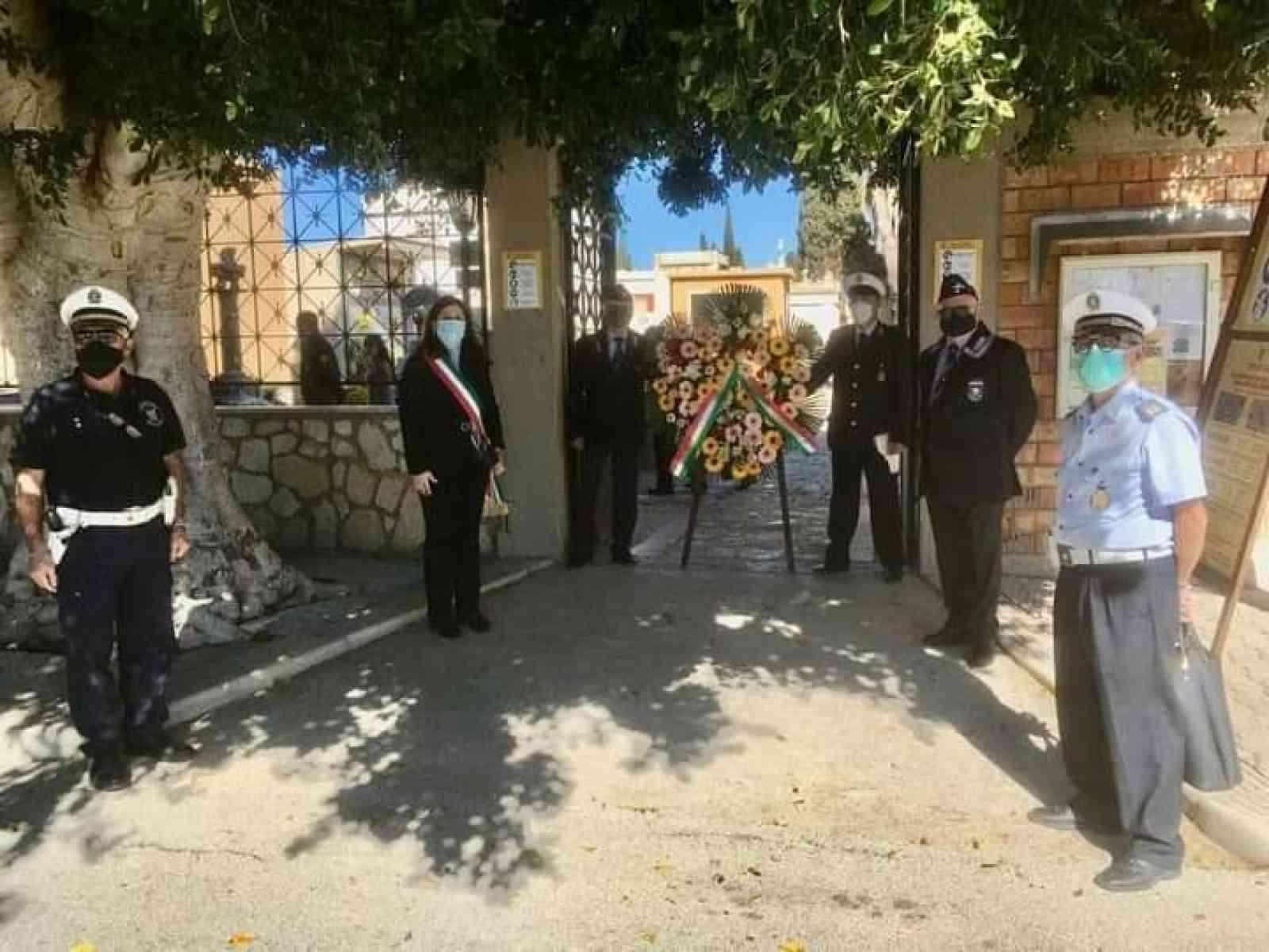 Immagine articolo: Menfi. Al cimitero comunale per la commemorazione dei defunti deposta una corona di fiori da parte dell'Amministrazione
