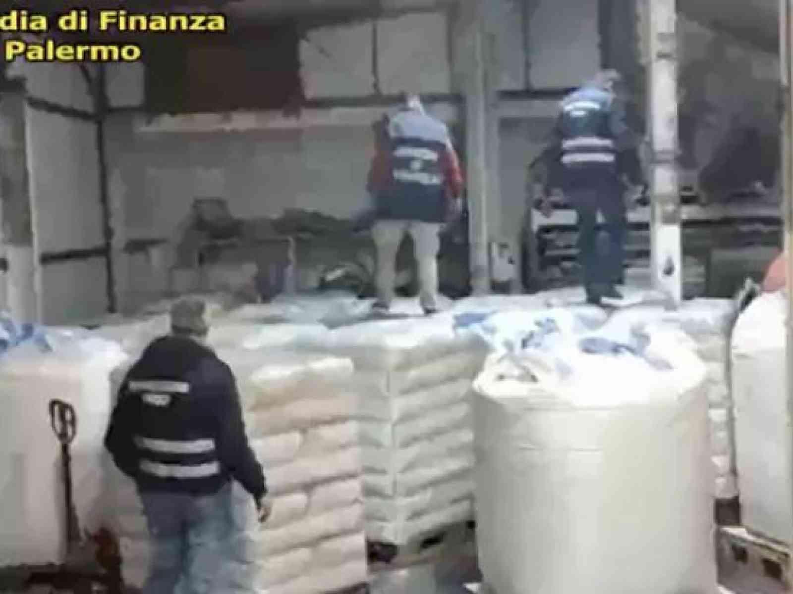 Immagine articolo: Vino fatto con acqua e zucchero, cinque arresti a Partinico. Il vino contraffatto venduto con false etichette in tutt'Italia, sequestrate diverse aziende vinicole.