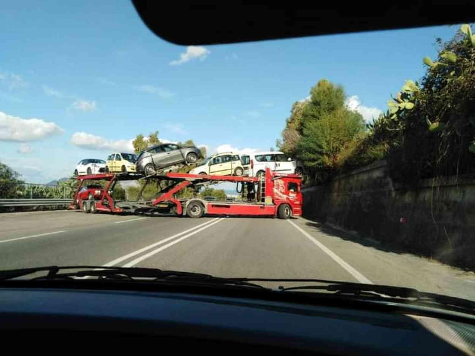 Immagine articolo: Inversione di marcia di una bisarca sullo scorrimento veloce Sciacca - Palermo