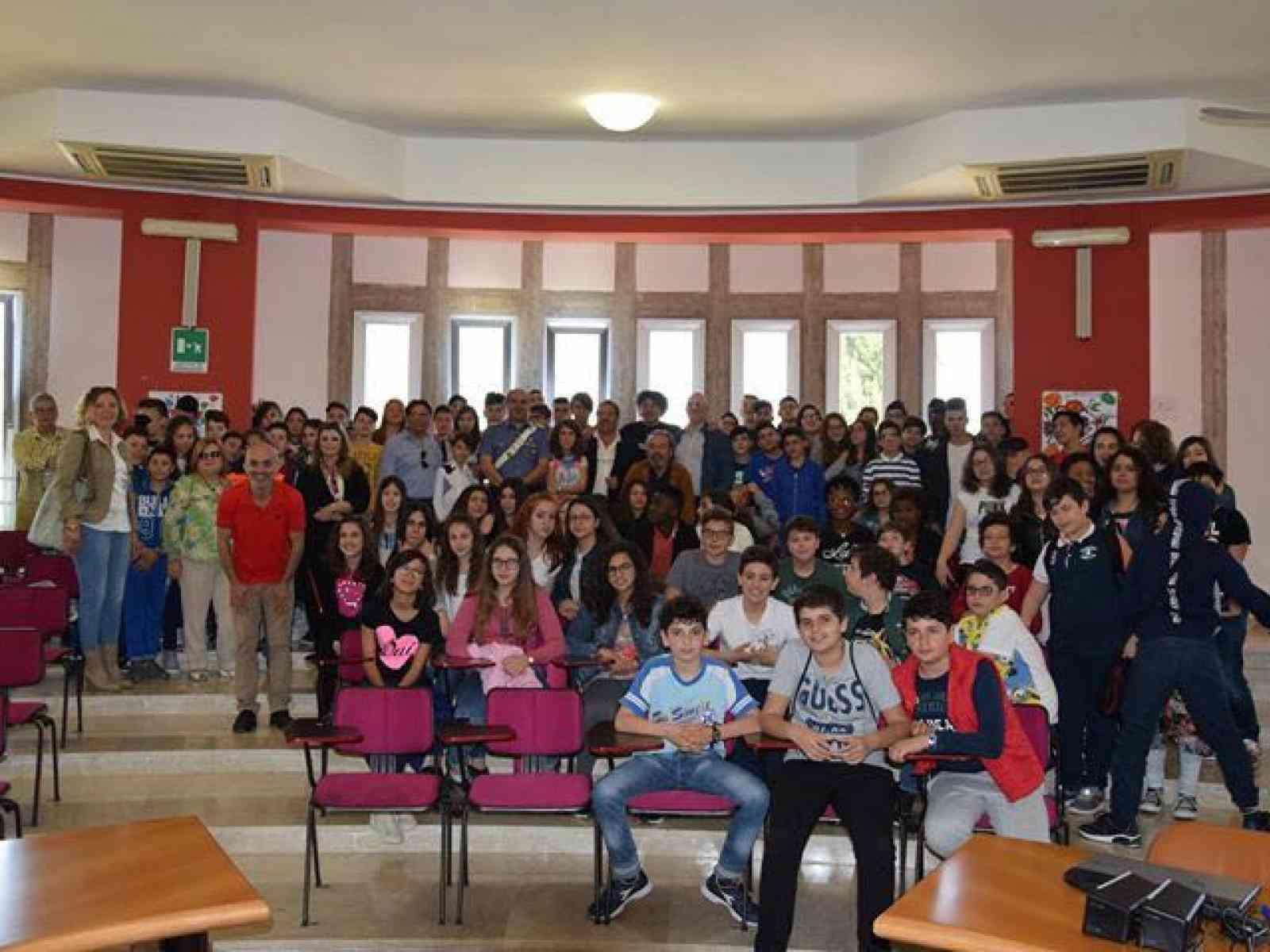 Immagine articolo: Salaparuta, incontro tra i rappresentanti dell'Associazione antiracket LiberoFuturo di Castelvetrano, alunni e alcuni amministratori e consiglieri.  Belle le testimonianze dei presenti