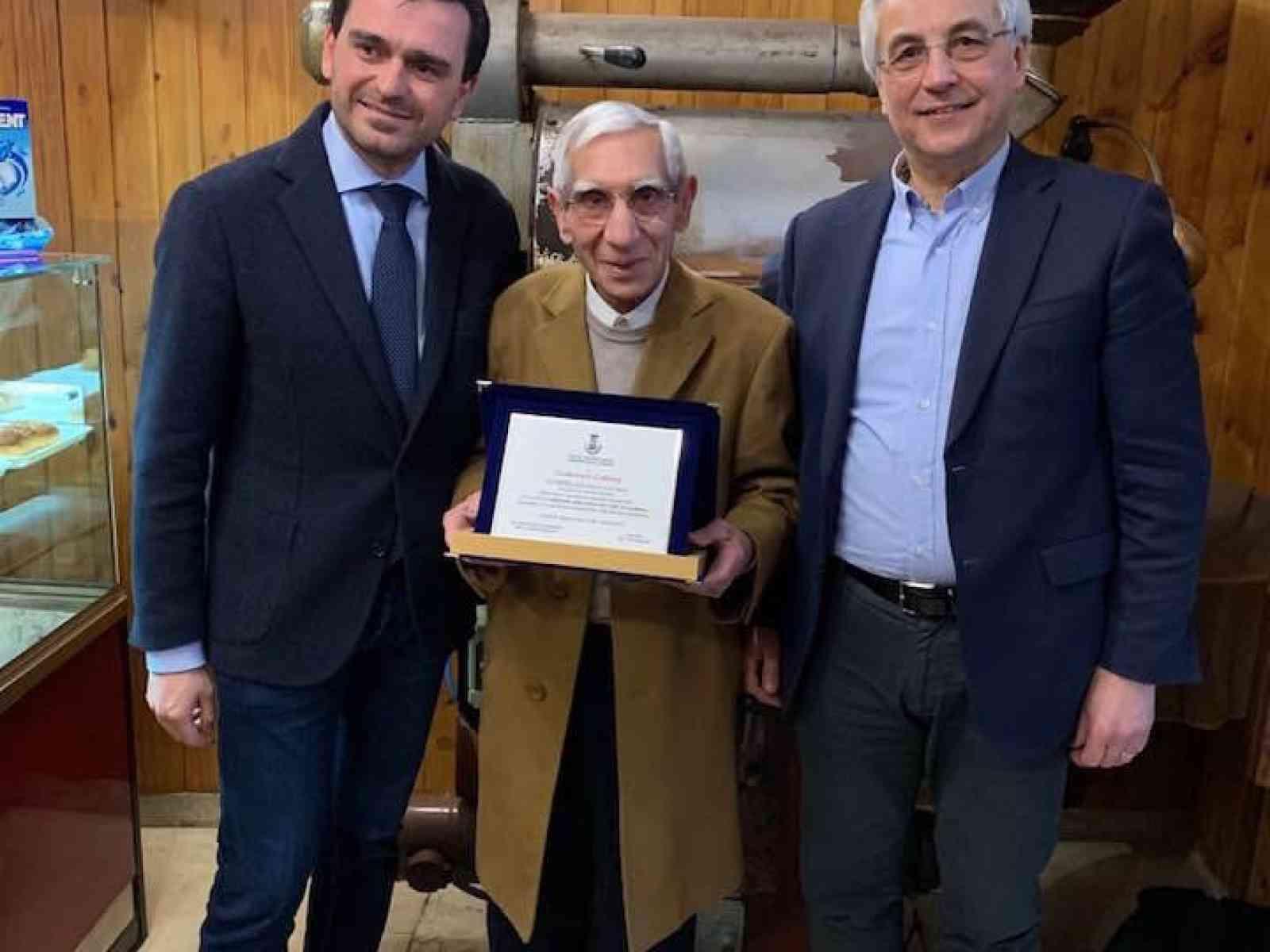 Immagine articolo: Calatafimi Segesta. Consegnata targa a Francesco Cottone per la sua quarantennale attività nel comune