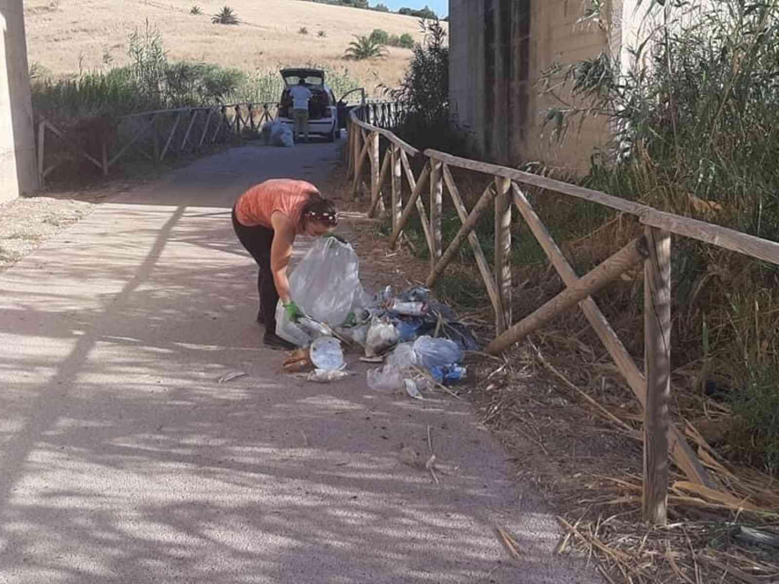Immagine articolo: Menfi, blitz contro gli incivili. Controlli nei sacchi dei rifiuti abbandonati nei pressi della pista ciclabile e non solo
