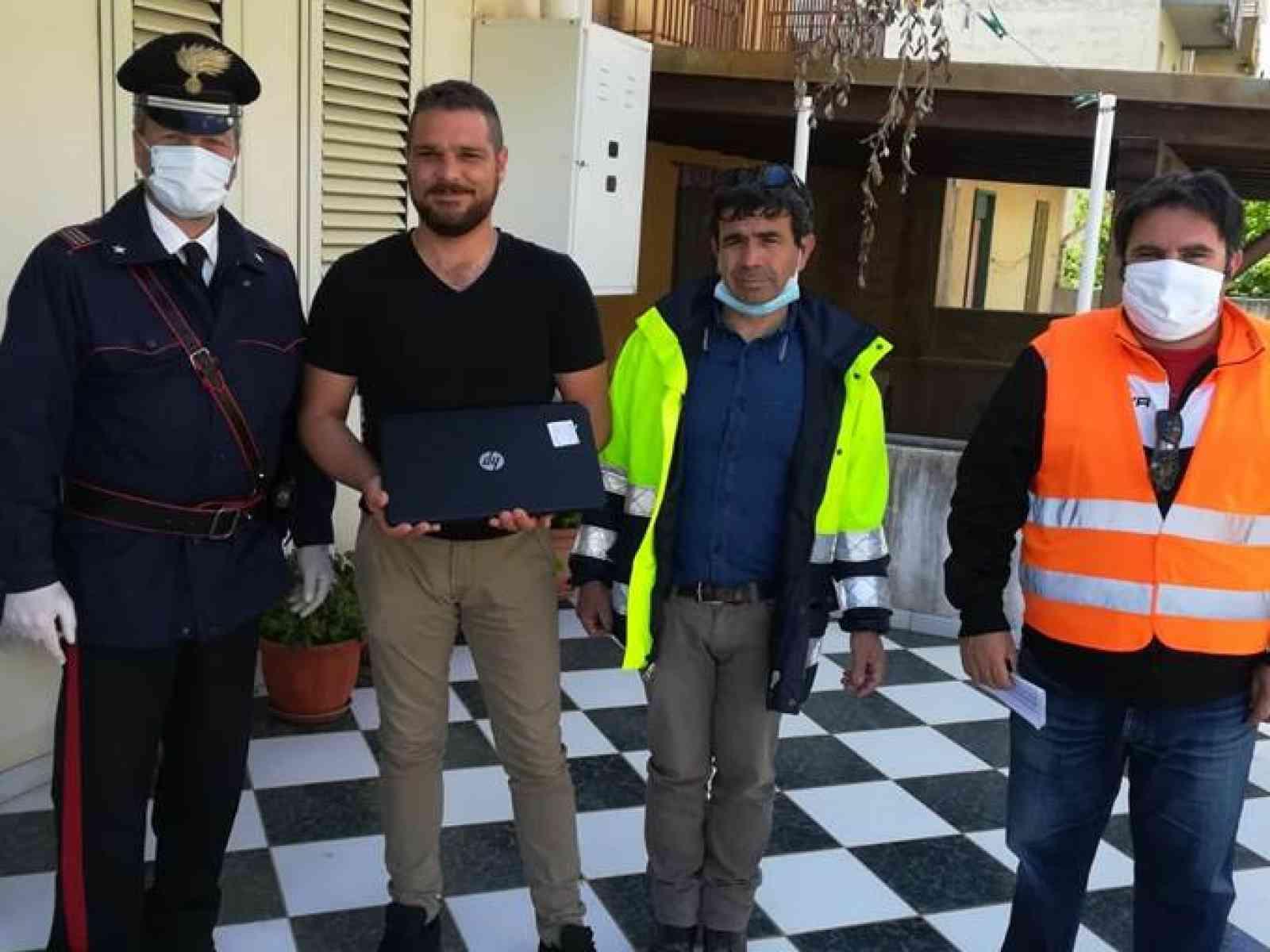 Immagine articolo: Salaparuta, Carabinieri consegnano pc agli studenti per la didattica a distanza