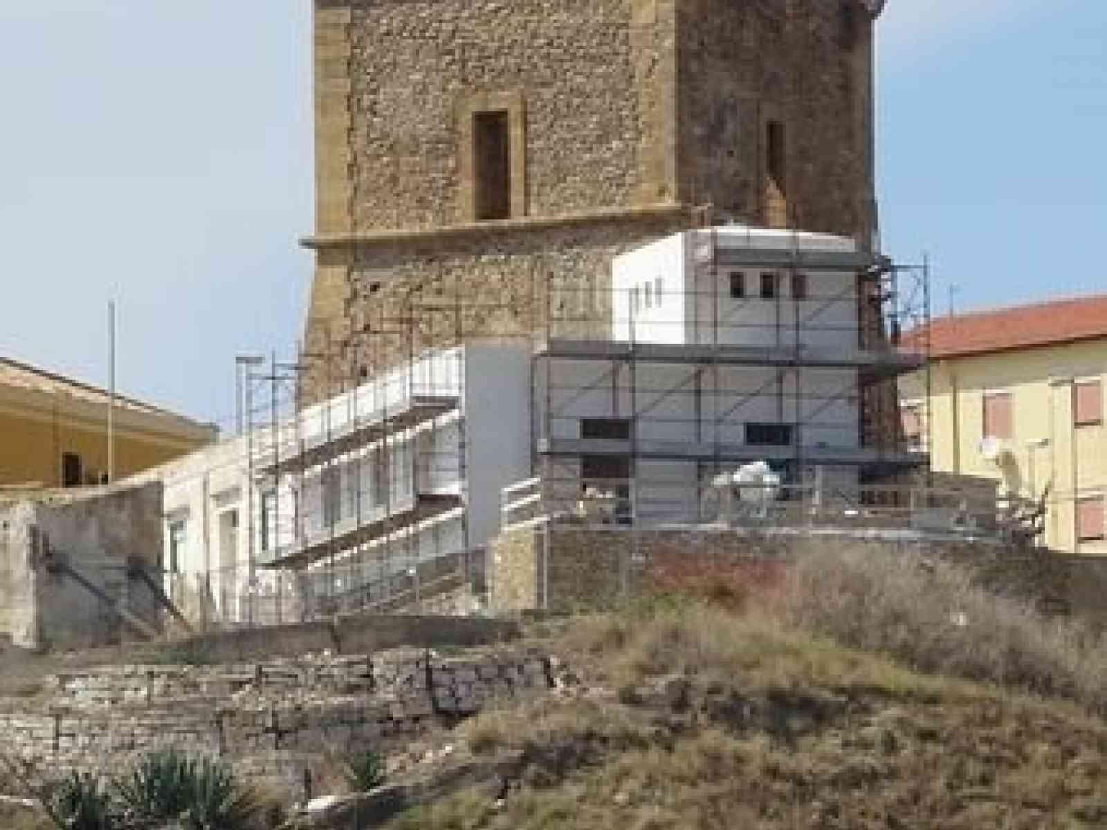 """Immagine articolo: Vittorio Sgarbi si scaglia contro l'edificio accanto la Torre e attacca: """"Con quali argomenti è stato concesso il nulla osta?"""""""