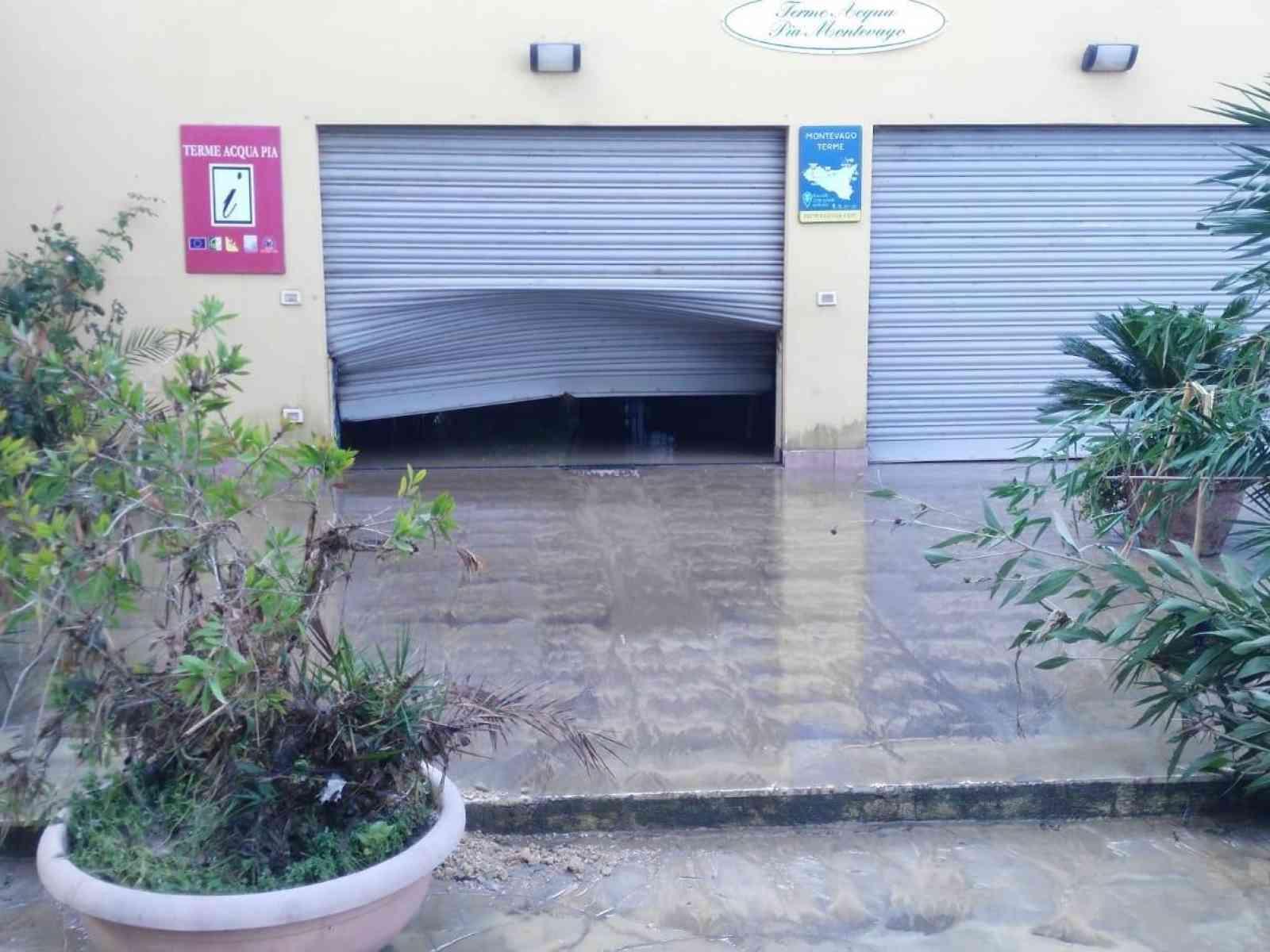 """Immagine articolo: A Montevago l'alluvione che ha distrutto le terme """"Acqua Pia"""". Quattro dipendenti sono stati licenziati"""
