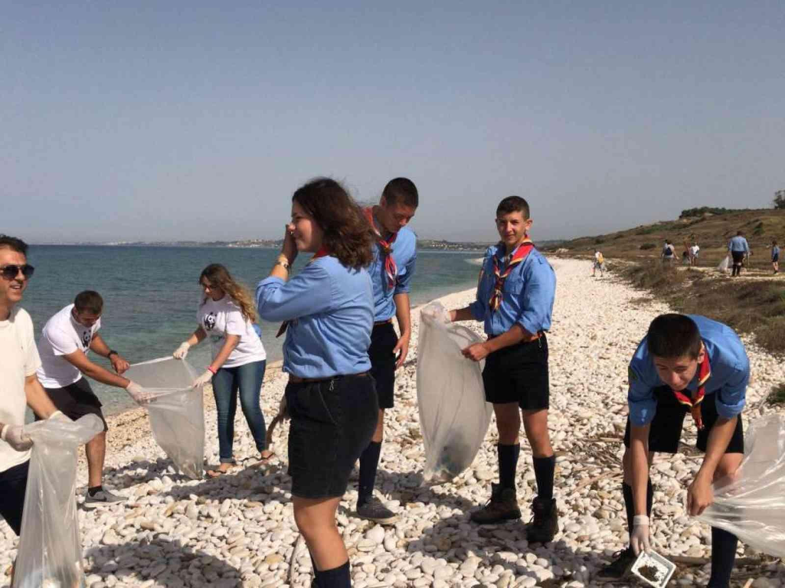 Immagine articolo: Menfi. Giornata ecologica a Bertolino: raccolti oltre cento sacchi di rifiuti sulla spiaggia