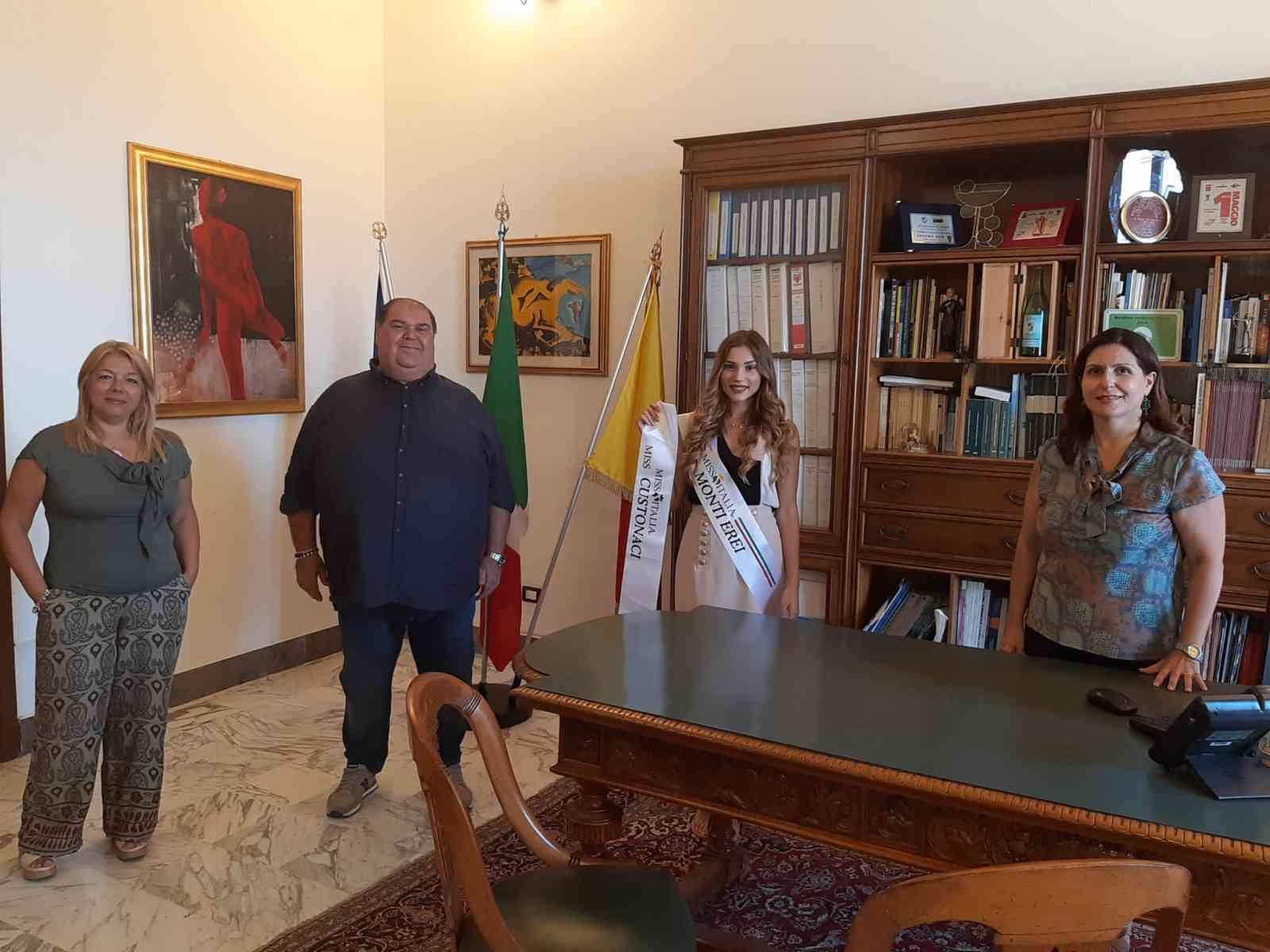 Immagine articolo: Menfi, la giovane menfitana Paola Gambina ricevuta dall'Amministrazione Mauceri. A Novembre parteciperà alle Nazionali di Miss Italia